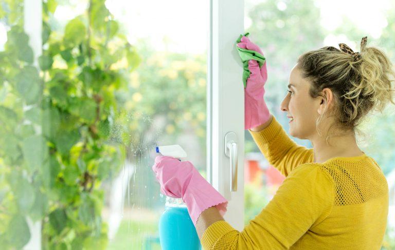 Membersihkan jendela